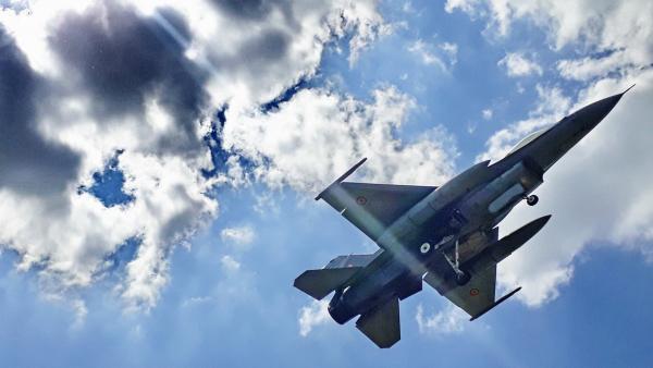 """FOTO-VIDEO REPORTAJ – Aeronavele F16 în """"misiune de luptă"""" pe cerul Galaţiului"""